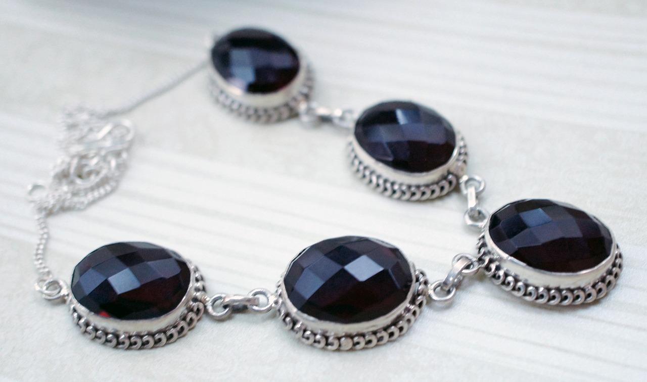 Srebrna biżuteria – to warto wiedzieć.