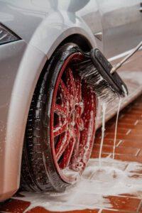 Myjnie samochodowe samoobsługowe - jak działają i co warto o nich wiedzieć?